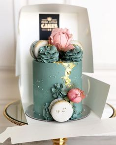 Becoming a PLC favorite is this and coral gold cake - Cake Decorating Simple Ideen Gorgeous Cakes, Pretty Cakes, Cute Cakes, Amazing Cakes, Gateau Harry Potter, Mint Cake, Green Cake, Coral Cake, Gold Cake