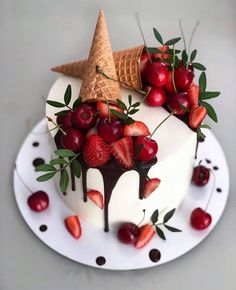 Beautiful Cake Designs, Beautiful Cakes, Amazing Cakes, Food Cakes, Cupcake Cakes, Pretty Cakes, Cute Cakes, Strawberry Cake Decorations, Chocolate Cake Designs