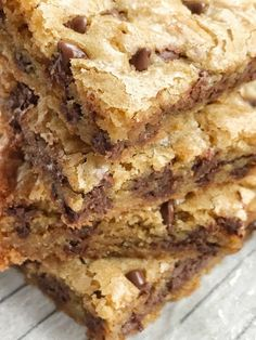 Chocolate chip cookie blondie bars are a chewy cookie bar loaded with chocolate chips and the best dessert! These bars bake in one pan and are so simple to make. They bake up perfectly sweet Best Choc Chip Cookies, Soft Chocolate Chip Cookies, Chewy Chocolate Chip Cookies, Choc Chip Cookie Bar Recipe, Chocolate Chocolate, Dessert Simple, Dessert Bars, Dessert Recipes, Yummy Recipes