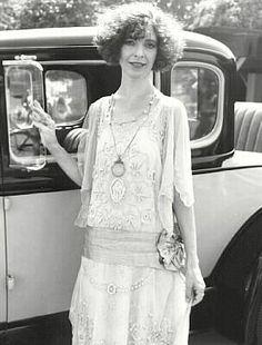 Cómo vestir estilo años 20. Los dorados años veinte fueron la época de los vestidos sueltos, los accesorios recargados, los collares de perlas o vestido sin mangas con corte imperio y capas plisadas en diferentes tejidos. Estos ...