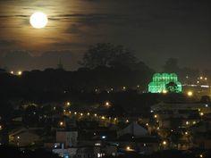 Foto de Antonio Thadeu Wojciechowski. Lua cheia em Curitiba.