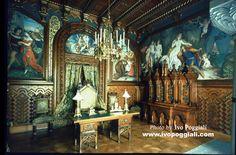 neuschwanstein study room - Uredjenje radne sobe je inspirisano dvorcem Wartburg . Slike Josefa Aignera prikazuju pesnicko takmicenje koje se odrzavalo u Wartburg dvorcu i po kojem je R, Wagner napisao operu Tannhauser . Motivi iz opere se takodje pojavljuju na slikama .