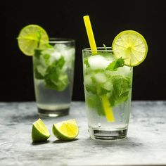 Mojito cocktail with lime and mint in glass on a grey stone . Limeade Drinks, Mojito Drink, Mint Mojito, Mojito Cocktail, Tequila Sunrise, Refreshing Drinks, Summer Drinks, Easy Mojito Recipe, Cocktail Illustration