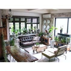 メンズライクなお部屋の作り方もポイントは黒や茶などのダークな色合いと、ブリキや鉄などの無骨なアイテムをミックスすること。長い時間を過ごす場所だからこそ、グリーンを効果的に使って癒しの空間に。