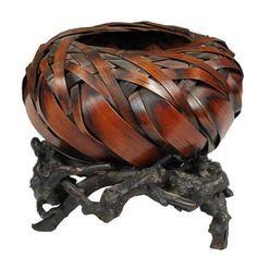 Плетеная японская корзина для икебаны 19-го века на подставке из древесины лиственных пород.