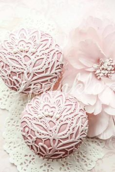 Pink and white cupcakes Flowers Cupcakes, Fancy Cupcakes, White Cupcakes, Pretty Cupcakes, Amazing Cupcakes, Shabby Chic Christmas, Pink Christmas, Christmas Ornaments, Christmas Wishes