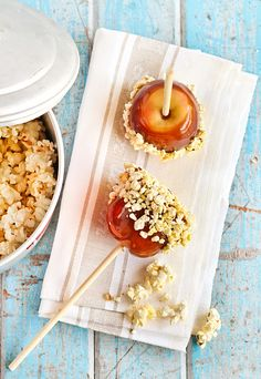 Popcorn Caramel Apples.... maybe i should try this for dessert sometime... :9
