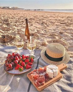 Picnic on the beach inspiration. Perfect way to spend a weekend afternoon. Picnic Date, Beach Picnic, Summer Picnic, Spring Summer, Summer Swag, Summer Art, Comida Picnic, Dream Dates, Romantic Picnics