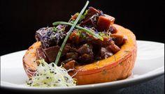 Bourguignon de seitan mariné et légumes d'automne servis dans un demi potimarron rôti au four - Photo Gentle Gourmet Café