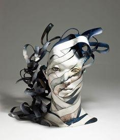 A artista coreana Haejin Lee transforma a porcelana em luz e delicadas tiras, com formas humanas e rostos utilizando a cerâmica como material. Incrível!