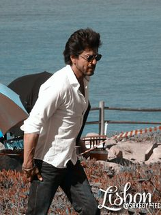 Shahrukh Khan celebra su cumpleaños 51 rodeado de fans (VIDEO y FOTOS) | Foto 1 de 8 | Diario Correo Bollywood Theme, Bollywood Stars, Shahrukh Khan, Chak De India, Best Hero, King Of Hearts, Indian Movies, Aishwarya Rai, Infatuation