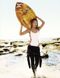 Blake Lively is looking better than ever in Vogue's June 2010 surf-themed spread. The athletic young actress shares the spotlight with surf legend Rob Kitesurfing, Blake Lively Vogue, Blake Lively Body, Vans Surf, Surf Mode, Urbane Fotografie, Sup Girl, Modelos Fashion, Hang Ten