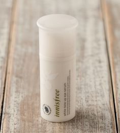 White tone up eye serum::A whitening eye serum made with natural berry extracts and vitamin B₃ to brighten skin tone