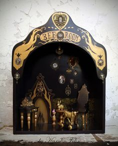 Bees room - dollhouse diorama for Blythe by Karolinfelix. Oh my word, what a dream! Victorian Dolls, Victorian Dollhouse, Modern Dollhouse, Gothic Dolls, Dollhouse Ideas, Toy Theatre, Theater, Shadow Theatre, Shadow Box Art