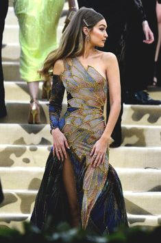 ✧ See more about fashion and art in ✧ Gigi looked so gorgeous at the MET Gala! I was in love with her Versace dress. Looks Party, Prom Looks, Pretty Outfits, Pretty Dresses, Beautiful Dresses, Fashion Mode, Look Fashion, Fashion Design, High Fashion