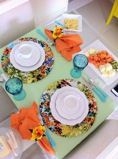 Setting up a simple breakfast table is not difficult. With a little creativity and attention it is possible to place the table set with the utensils that Table Setting Inspiration, Beautiful Table Settings, Boho Home, Dinning Table, Deco Table, Decoration Table, Sweet Home, Plates, Home Decor
