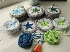 a nice explanation on how to make a crochet star. colour in a simple life: Northern Star Crochet Stars, Crochet Circles, Crochet Motifs, Love Crochet, Crochet Granny, Diy Crochet, Crochet Crafts, Yarn Crafts, Crochet Flowers