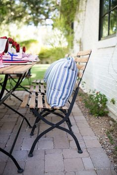 Fourth of July - outdoor party decor ideas. All the red white and blue #summerdecor #redwhiteandblue #homedecor