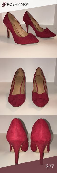 Red pointy toe pumps 👠 These pretty pumps have a Suede like feel and come with bow detailing and perfectly sized heel. Great for work or a business dinner. Heel is not too high so it makes them comfortable enough to wear all day. Slight scuff marks on the heels and back. They come in the original box. Apt. 9 Shoes Heels