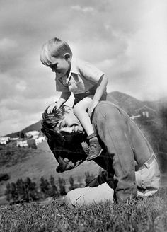 Robert Mitchum plays with his son Chris