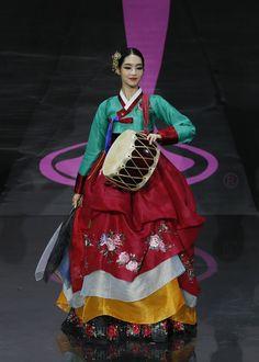 Miss Korea - Miss Universe 2013 National Costume Show Miss Universe Costumes, Miss Universe National Costume, Traditional Japanese Kimono, Traditional Dresses, Miss Universe 2013, Fashion Models, Fashion Beauty, Authentic Costumes, Miss Korea