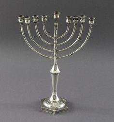 8-armiger Chanukkaleuchter aus 925er Silber, Israel 20. Jahrhundert, Gewicht ca.: 182gr.auf 6-eckige — Silber & versilbertes
