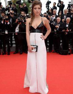 Pour la première montée des marches cette année, Adèle Exarchopoulos a misé sur un look contemporain, en noir et blanc. C'est en Louis Vuitton que l'actrice française s'est rendue mercredi soir à la cérémonie d'ouverture du Festival de Cannes, lancée par Lambert Wilson. http://www.elle.fr/Cannes/Look-de-stars/Look-du-jour-de-Cannes-Adele-Exarchopoulos-en-Louis-Vuitton-2704828