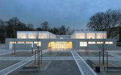 Die beiden zu einem kompakten symmetrischen Baukörper zusammengefassten Turnhallen am Goerlinger Zentrum in Köln, von denen eine zusätzlich als Veranstaltungsraum nutzbar ist, präsentieren sich in einem harmonischen und der Aufgabe angemessenen Formen- und Materialkanon. #homestory #interior #design #architecure #award #house #school #nrw