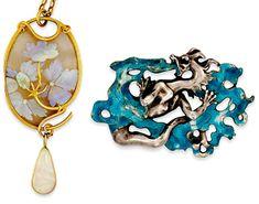 A gauche : Collier pendentif en verre, opale – René Lalique, 1900, A droite : Broche en émail , argent et or – René Lalique, début XXème siècle