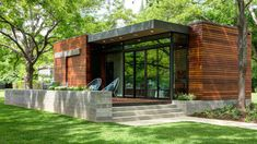 Box Studio creates compact waterfront cottage in Austin woods Chalet Modern, Modern Cottage, Residential Architecture, Architecture Design, Ultra Modern Homes, Waterfront Cottage, Small Tiny House, Compact House, Austin Homes