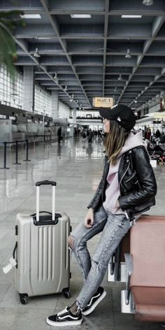 Federica L. + 'travel chic' + laid-back look + acid wash denim jeans + fishnets + light pink hoodie + leather jacket + gorgeous final aesthetic + plain black cap + traveller look! Brands not specified.