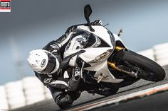 Le vrai point fort de la Triumph Daytona 675 R, version 2013, reste sa facilité à s'inscrire en courbe. La moto est précise et facile : notamment grâce à son équipement Öhlins haut-de-gamme. Lire l'article http://www.motomag.com/Triumph-675-Daytona-R-premier-contact.html @Triumph Motorcycles
