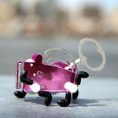 Pequeño, a cuerda y con todo el encanto de los juguetes de antaño: este robot enamora con sólo verlo corretear.