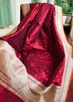 Brownish Red Benarasi katan silk exclusive saree with zari work and brocade blousepiece Kanjivaram Sarees Silk, Banarsi Saree, Pure Silk Sarees, Mysore Silk Saree, Red Saree Wedding, Bridal Silk Saree, Wedding Dresses, Bengali Saree, Indian Sarees