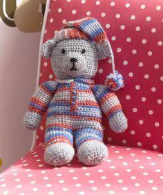 Ein kuscheliger gehäkelter Bär als perfekter Begleiter zum Schlafengehen. Die Pomponkette kann auch weggelassen werden.