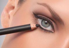Come utilizzare la matita nera? Segui i nostri consigli. Applicala nella rima ciliare inferiore, volumizzando le ciglia poi con un mascara.