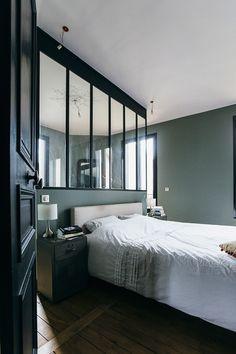 verriere atelier dans une chambre mur gris parquet