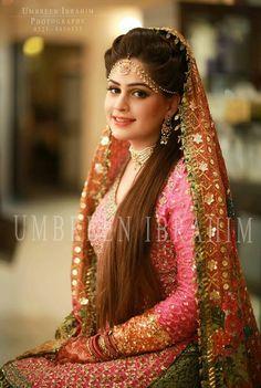 Stylish Bridal Mehndi Frisuren für Ultimate Traditional Look Pakistani Wedding Outfits, Pakistani Wedding Dresses, Bridal Outfits, Bridal Looks, Bridal Style, Lehenga, Mehndi Hairstyles, Mehndi Brides, Bridal Mehndi