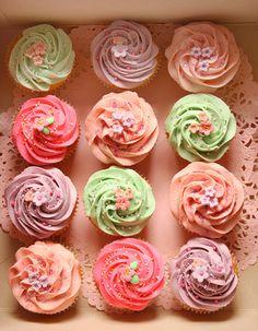 pretty cupcakes (simple fondant cutout flowers)