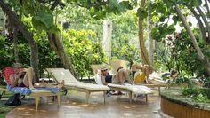 El Hotel Nacional, distinguido y elegante, sobresale por su historia y por su excelente ubicación. El inmueble de ocho pisos y estilo español, se yergue en la cima de una colina que da al Malecón, por lo cual sus huéspedes pueden disfrutar de vistas panorámicas de la Habana Vieja y el Vedado.