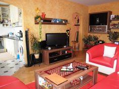 Ponúkame Vám na prenájom 3i byt Bratislava-Ružinov, Exnárova ul., 72m2 s balkónom a lodžiou, p. 7/7 s výťahom.Byt je vybavený v kúpeľni rohovou vaňou s možnosťou zasklenia na sprchovací kút, v byte je plne zariadená obývačka s koženou rohovou sedačkou a kreslom, kompletne vybavená kuchyňa ( mikrovlnka, chladnička s mrazničkou, práčka ), v spálni sa nachádza posteľ 2 x 2 m, toaletný stolík, v byte je aj pracovňa s presklenou lodžiou a rozkladacou sedačkou ( na dvojposteľ ).