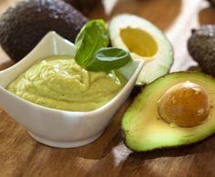 La famosa salsa messicana a base di purea di avocado, arricchita, nella versione che vi presentiamo, con pomodoro, peperoncino e coriandolo.