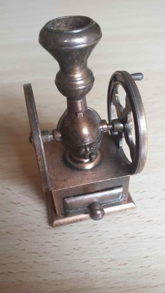 Sacapuntas molinillo de café, Juguetes, antique pencil sharpener. Numero 1014