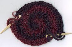 Comienzo de un tejido en espiral y con dos colores, fotos.  Ver: https://sites.google.com/site/neulakinnas/alku  Enlaces a muchos videos