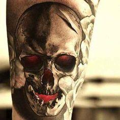 Artist: Carlos Rojas . In der Zeit der frühen Seefahrt drückte das Totenkopf Tattoo Motiv die meist allgegenwärtigen Zukunftsangst aus. Mit Totenkopf Tattoos wollten sich die Seefahrer diesen Ängsten stellen. Ein Totenkopf Motiv sollte sie wie ein Amulett vor Bösem schützen. Totenkopf – heu…