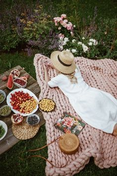 Picnic Ideas Discover Single / Twin blanket cm) This softest throw blanket is a must have for cozy nights. Use it on your own or share it with someone you love. Arm knitted from extra fine merino wool. Picnic Date, Beach Picnic, Picnic Photography, Romantic Picnics, Romantic Dinners, Summer Aesthetic, Arm Knitting, Jolie Photo, Diy And Crafts