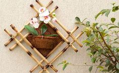 Faça este enfeite de planta com bambu e deixe a parede onde será fixado ou o seu jardim, muito mais charmosos (Foto: diy-enthusiasts.com)