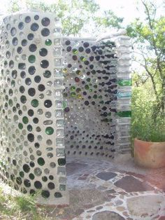 Spain Earthship Images - completely self sustaining DIY homes made of recycled garbage. Our GM has a similar wine bottle wall at her bach made from our empties! Build extra storage house inspired by Earth Ships Beautiful homes made from recycled materials Outdoor Baths, Outdoor Bathrooms, Outdoor Kitchens, Outdoor Rooms, Garden Cottage, Garden Art, Mosaic Garden, Diy Garden, Outside Showers