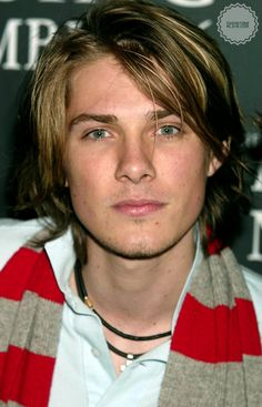 I've liked Taylor Hanson since I was 11.  And now hes even more beautiful to look at.