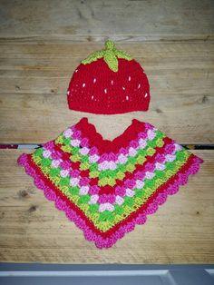 Mijn zelfgehaakte poncho en aardbeienmutsje (=repeatcrafterme) voor de babyborn van mijn nichtje  #crochet #babyborn #poncho #aardbei #loveit